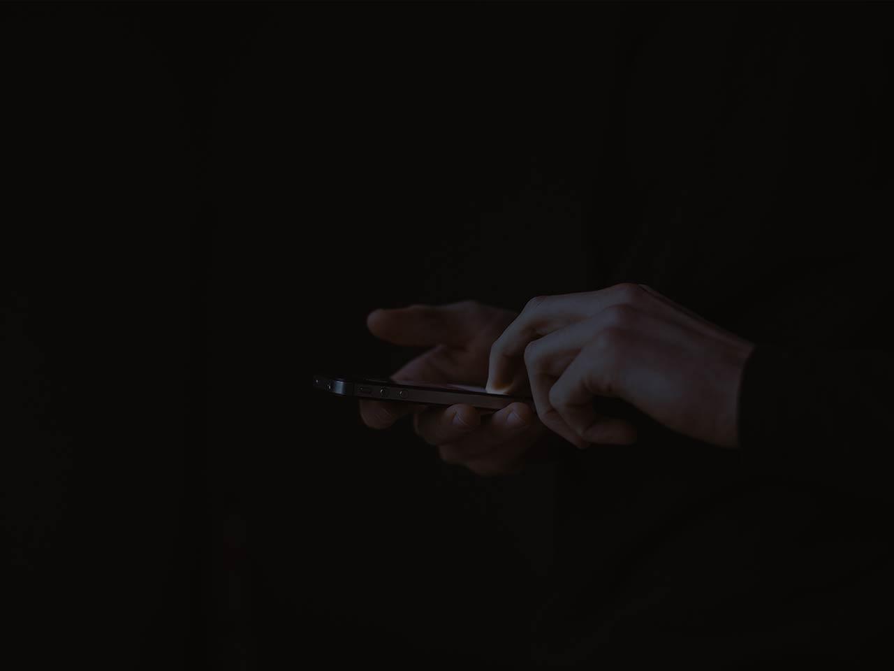 Bedienung eines Smartphones im dunkeln