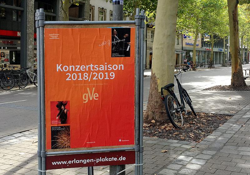 gVe Plakat am Erlanger-Plakate-Ständer