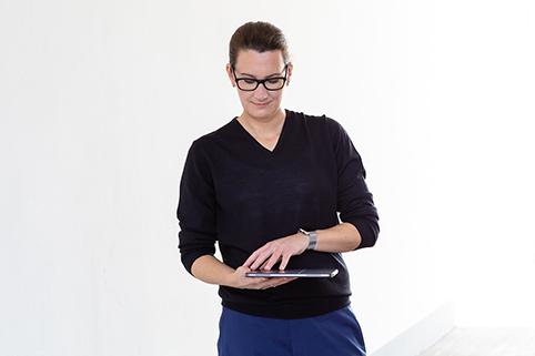 Sandra Gumbrecht öffnet Tablet
